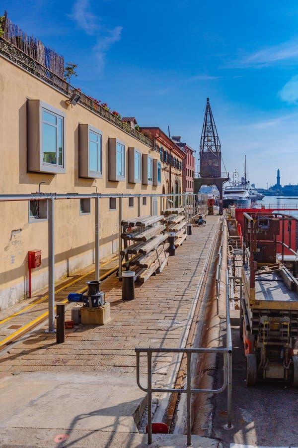 Bacino nel porto di Genova, Italia fotografia stock