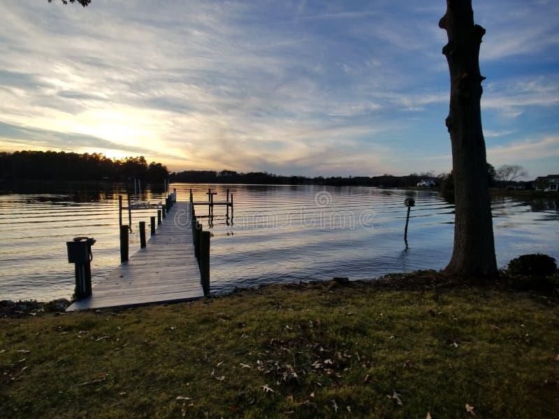 Bacino solo della barca di tramonto immagine stock