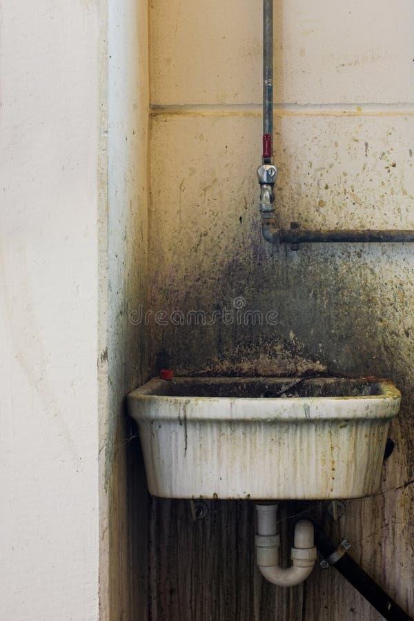 Download Bacino sporco immagine stock. Immagine di scolo, invecchiato - 3138841