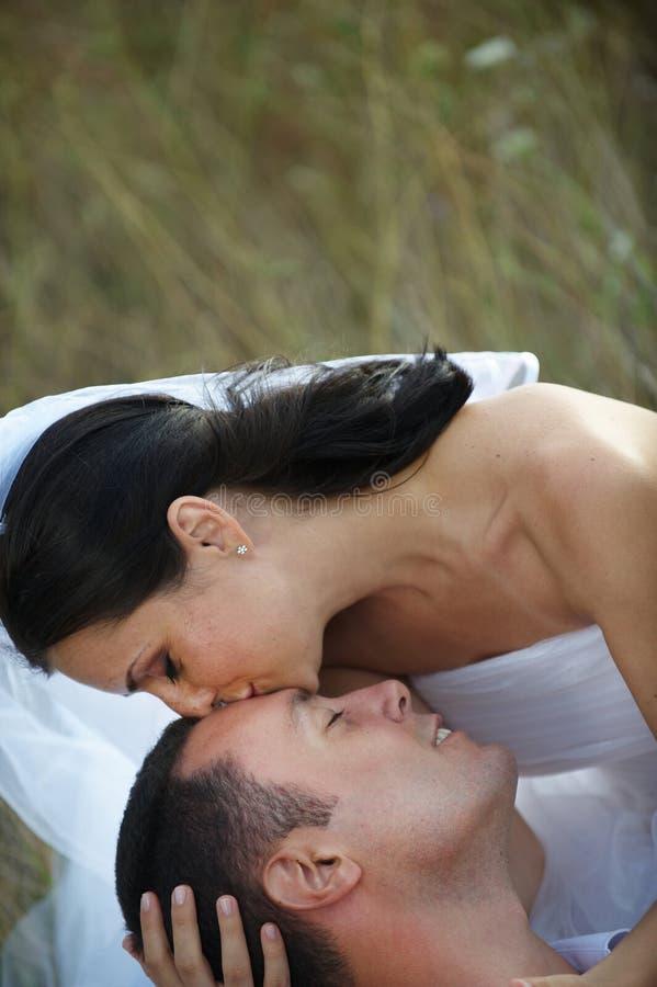Bacio amoroso della sposa immagine stock