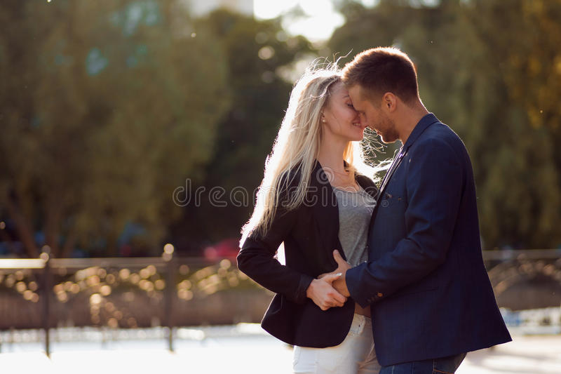 bacio Coppie nell'amore Ritratto della ragazza felice attraente e del tipo immagini stock libere da diritti