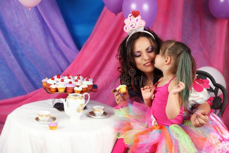 Bacio del partito del bigné e del tè immagini stock