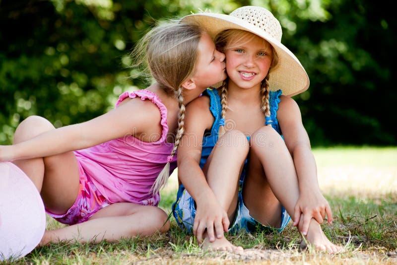 bacio della guancica le mie sorelle fotografia stock