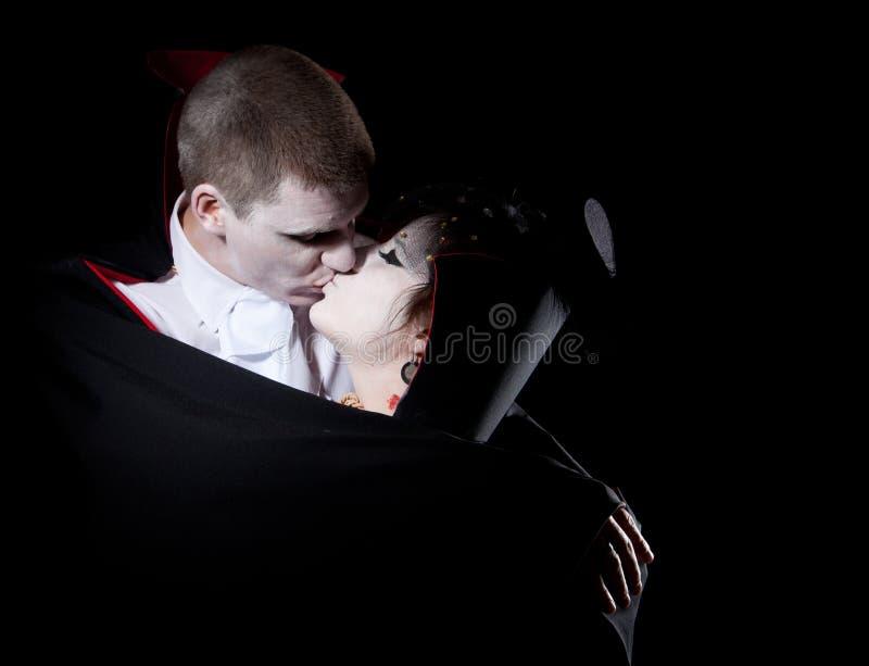 Bacio delle coppie del vampiro immagine stock libera da diritti