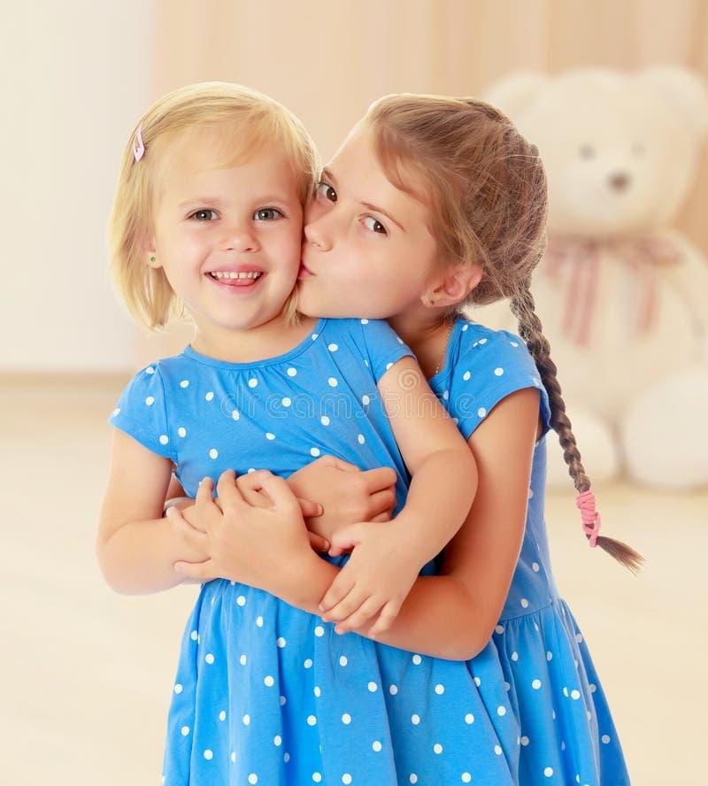 Bacio delle sorelline fotografie stock libere da diritti