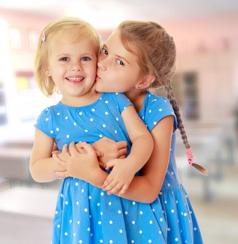 Bacio delle sorelline immagini stock