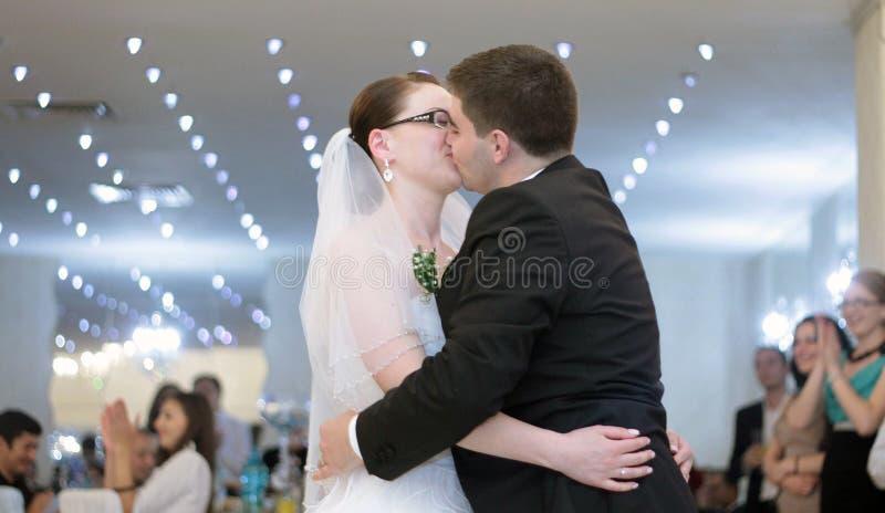 Bacio di nozze fotografie stock libere da diritti