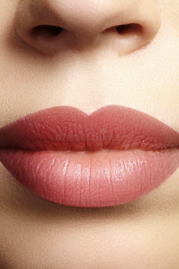 Bacio dolce Trucco naturale perfetto del labbro Chiuda sulla macro foto con la bella bocca femminile Labbra piene grassottelle fotografia stock libera da diritti