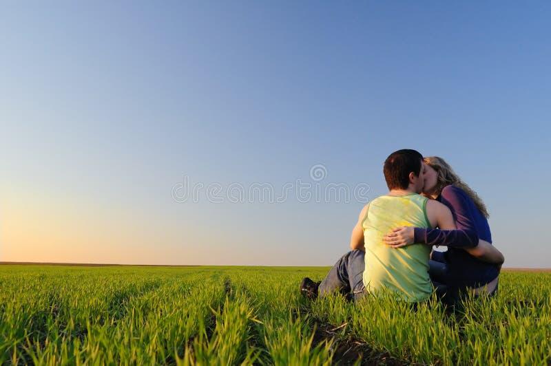 Bacio nel campo fotografia stock libera da diritti
