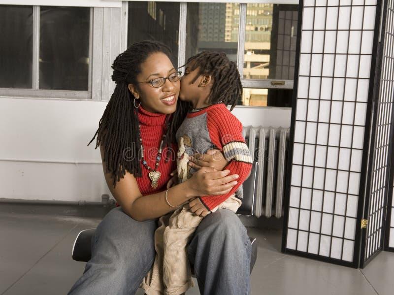 Bacio per la mamma fotografie stock libere da diritti