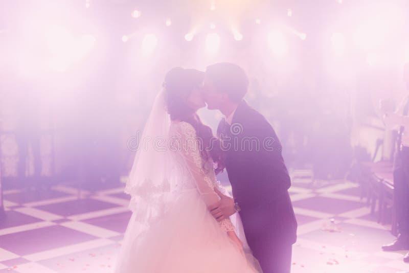 Bacio romantico della sposa e dello sposo sul dancefloor fotografia stock libera da diritti