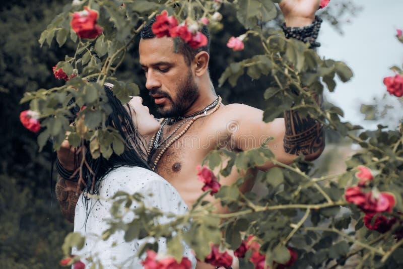 Bacio sensuale delle coppie Amore e sensibilità veri Desiderio di passione e di preludio Dominantning nel gioco sessuale di preli fotografie stock libere da diritti