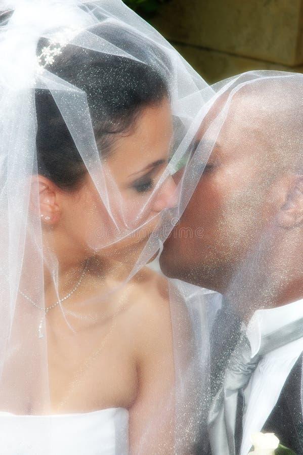 Bacio sotto il velare fotografia stock