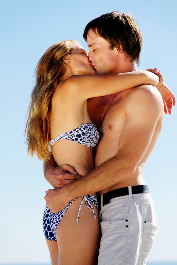 Bacio tropicale delle coppie dell'isola fotografie stock libere da diritti