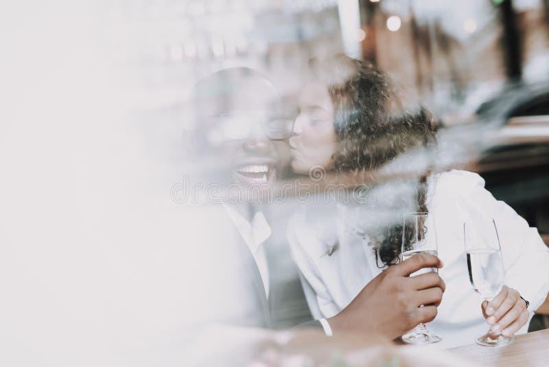 bacio Uomo di colore data Ragazza Caffè Illustrazione per il giorno dei biglietti di S Sorriso fotografia stock