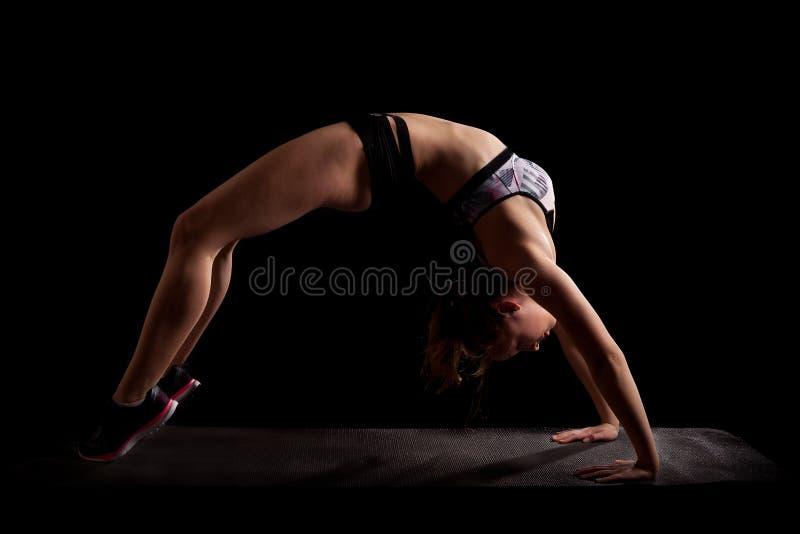 Backbend del puente de la yoga del gimnasta fotos de archivo