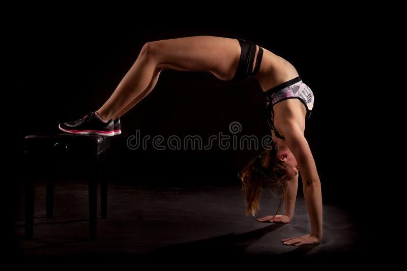 Backbend del puente de la yoga del gimnasta foto de archivo