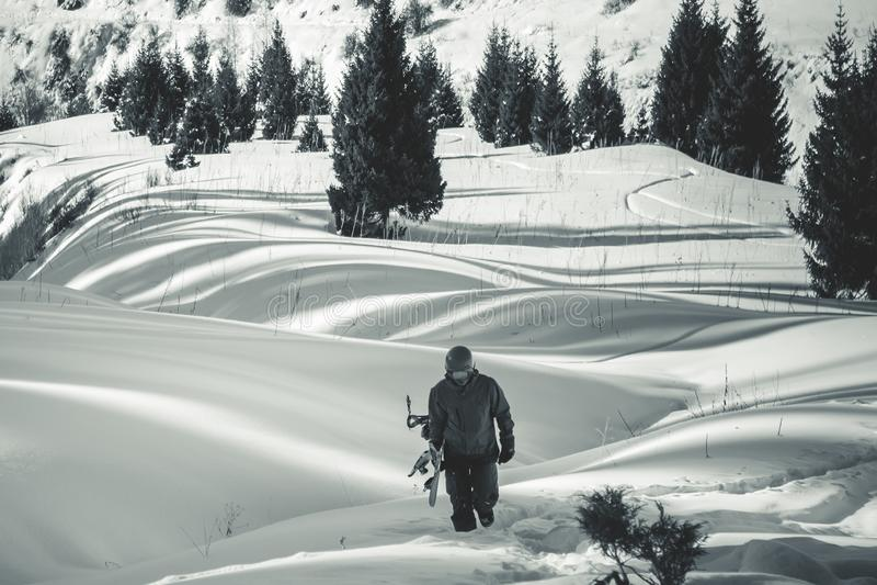 Backcountry-Abenteuer zu Winter Alpen, Snowboarder geht lizenzfreie stockfotos