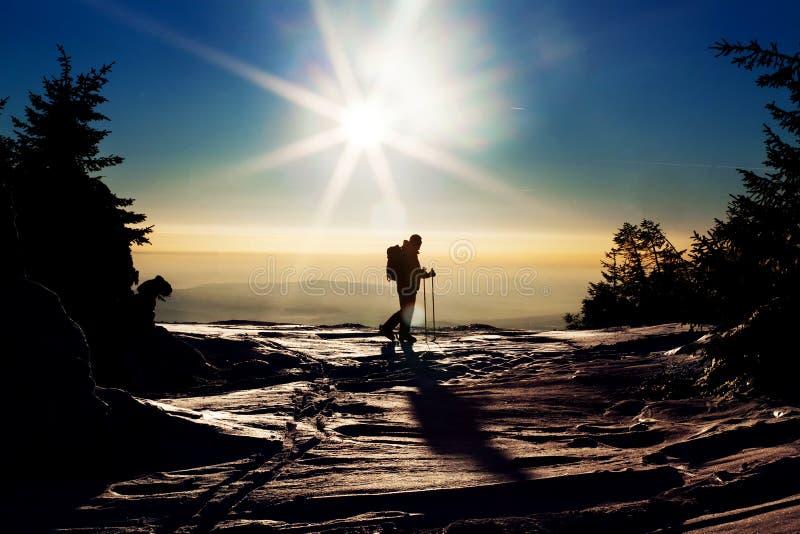 Backcountry-Skifahrer, der den Gipfel erreicht lizenzfreies stockfoto