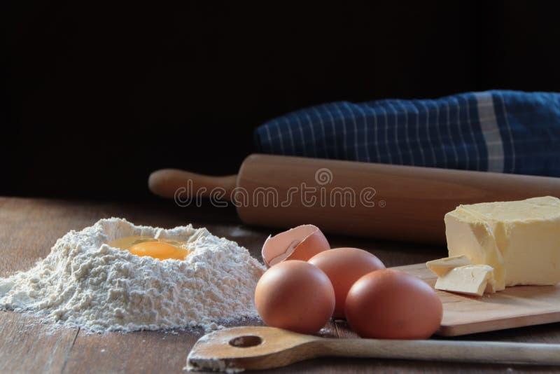 Backen einiger köstlicher Plätzchen stockbild