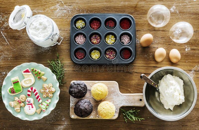 Backen-Feiertagsholztisch des Weihnachtskleinen kuchens lizenzfreie stockfotografie