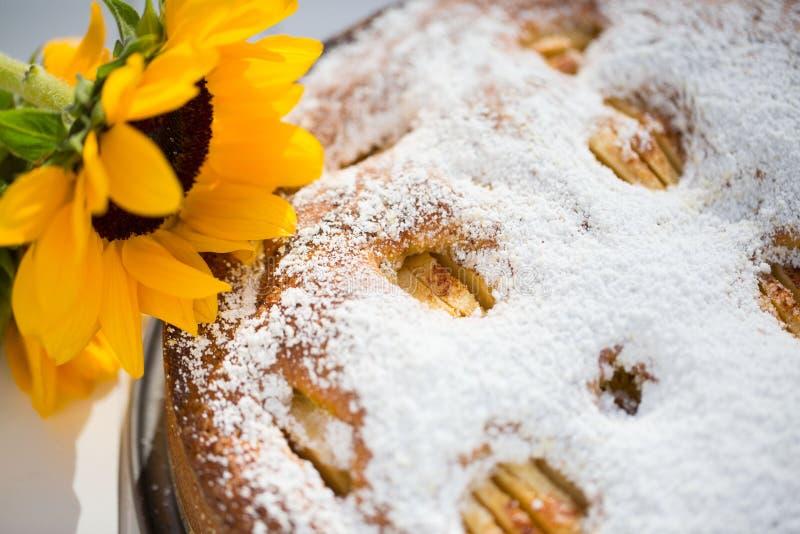 backen sie apfelkuchen mit sonnenblumen im herbst stockfoto bild von kuchen dekorativ 61992022. Black Bedroom Furniture Sets. Home Design Ideas