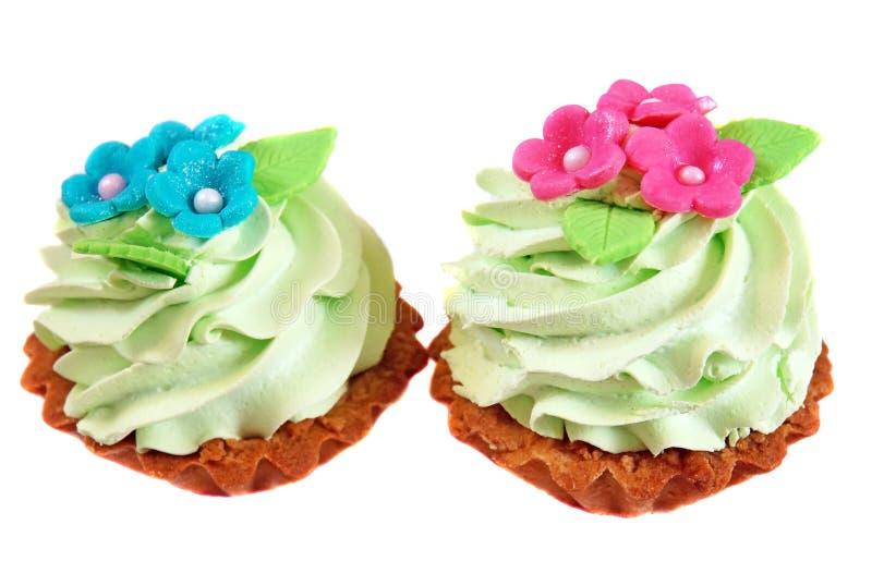 Backen Sie den Korb zusammen, der mit hellgrüner Creme und rosa Blumen Franc verziert wird lizenzfreie stockfotos