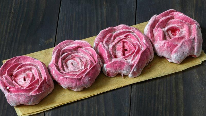 Backen Sie in Form einer Rose, Eibisch in einem Kasten zusammen lizenzfreie stockbilder