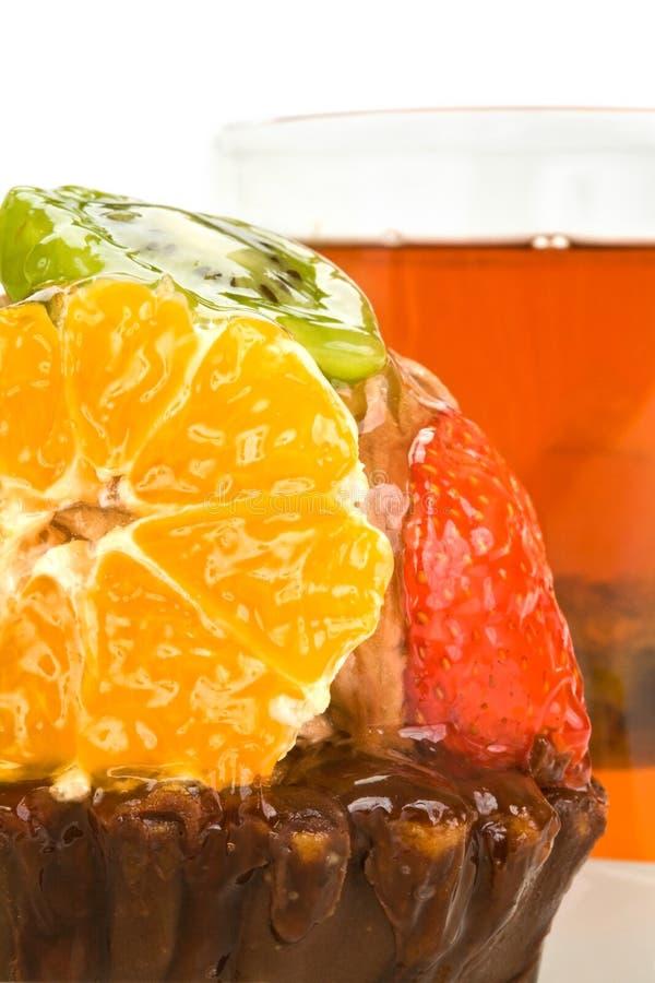 Backen Sie mit Frucht gegen eine Tasse Tee zusammen lizenzfreie stockbilder