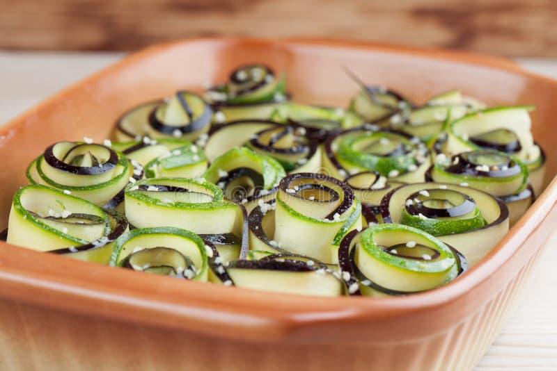 Backenaubergine und -Zucchini mit Hanfsamen stockfotografie