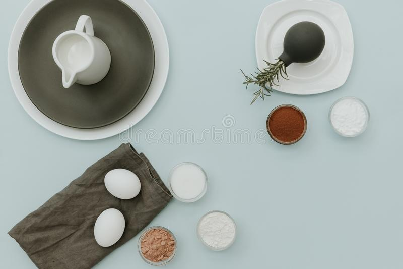 Backenbestandteile an auf Pastellhintergrund, Draufsicht, flache Lage, Kopienraum stockfoto