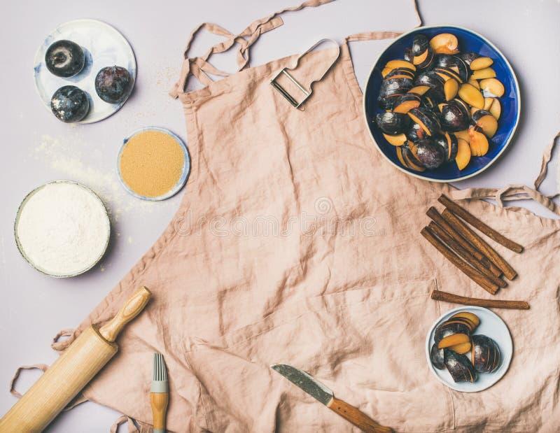 Backenbestandteile und -werkzeuge über Pastellhintergrund, Kopienraum stockbild