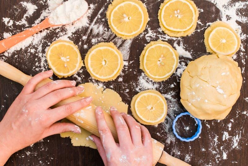Backende Lebkuchenplätzchen, Kekse mit Zitronenscheiben, Zitronenkekse stockfoto