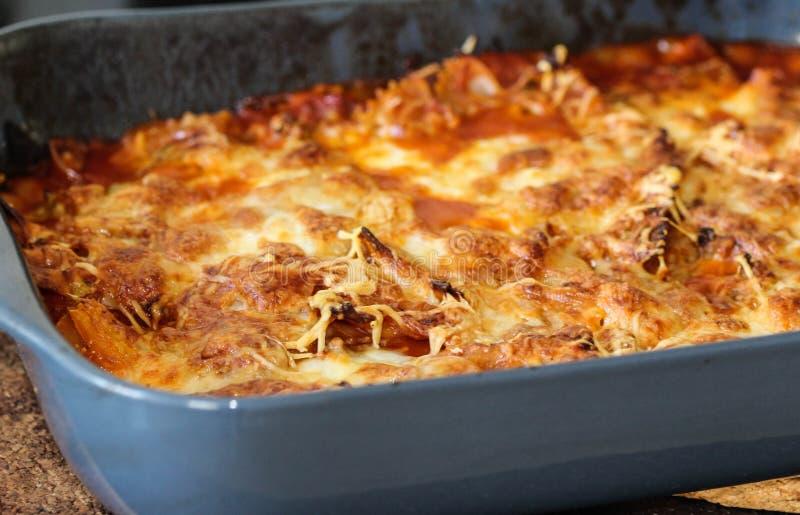 backende selbst gemachte italienische Lasagne, mit Mozzarella im Ofen in der Küche lizenzfreies stockbild