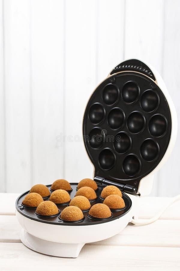 Backender Kuchen knallt im Ofen stockfotos