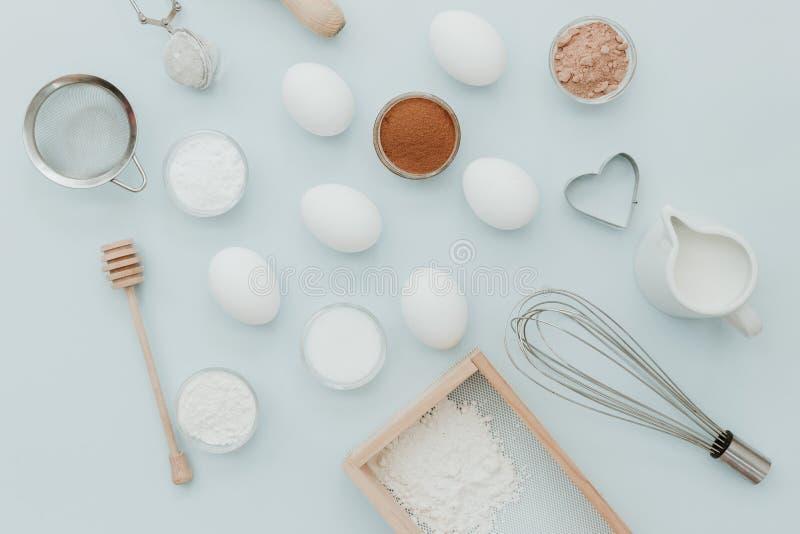 Backenhintergrund Die Bestandteile über Pastellhintergrund lizenzfreies stockfoto
