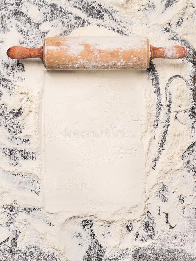 Backenhintergrund mit Mehl und rustikalem Nudelholz Beschneidungspfad eingeschlossen stockfoto