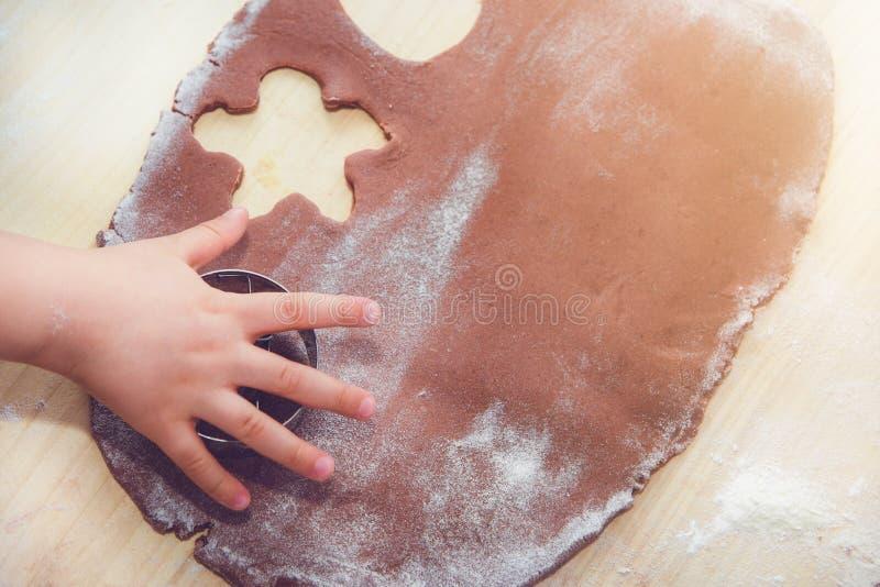 Backenlebkuchen Die Familie bereitet einen Lebkuchen zu stockfoto
