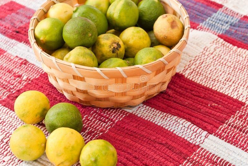 backetlimefrukter arkivfoton