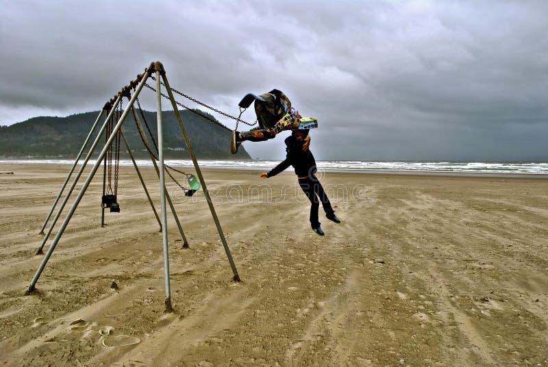 Backflip dalle oscillazioni sulla spiaggia nell'Oregon immagini stock