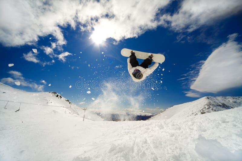 Backflip dello Snowboarder immagine stock