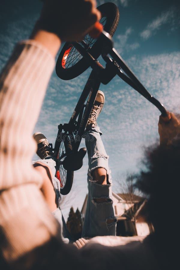 Backflipping på en cykel arkivfoto