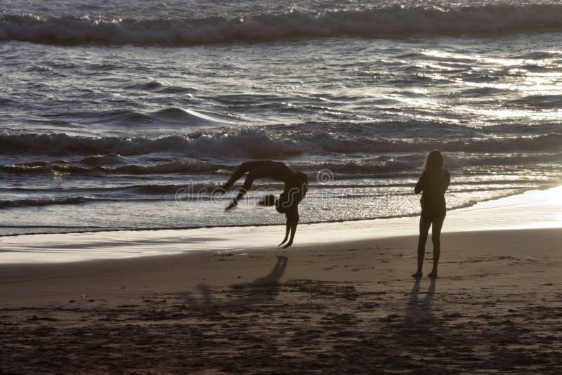 Backflips στην παραλία στοκ εικόνες με δικαίωμα ελεύθερης χρήσης