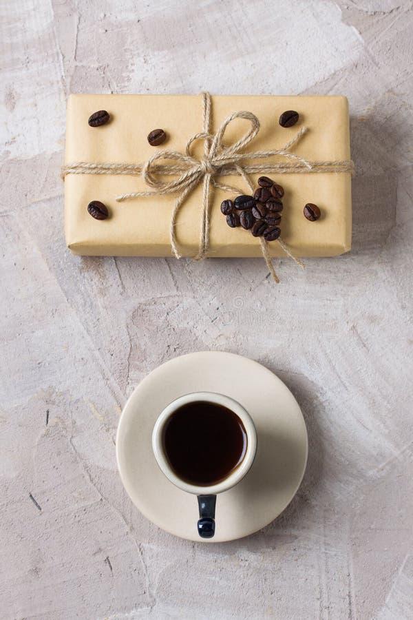 Backg украшения кофе подарочной коробки ремесла кофейной чашки бежевое конкретное стоковое изображение rf