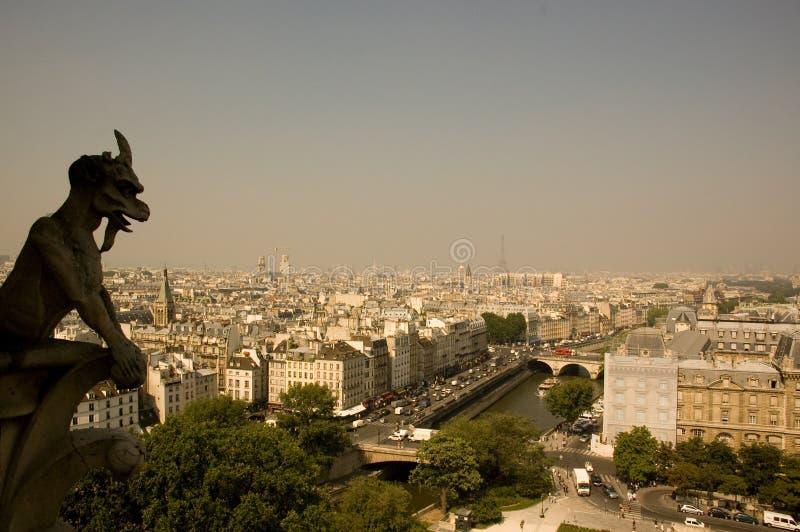 backg Eiffel gargulec nad Paris wierza obrazy royalty free