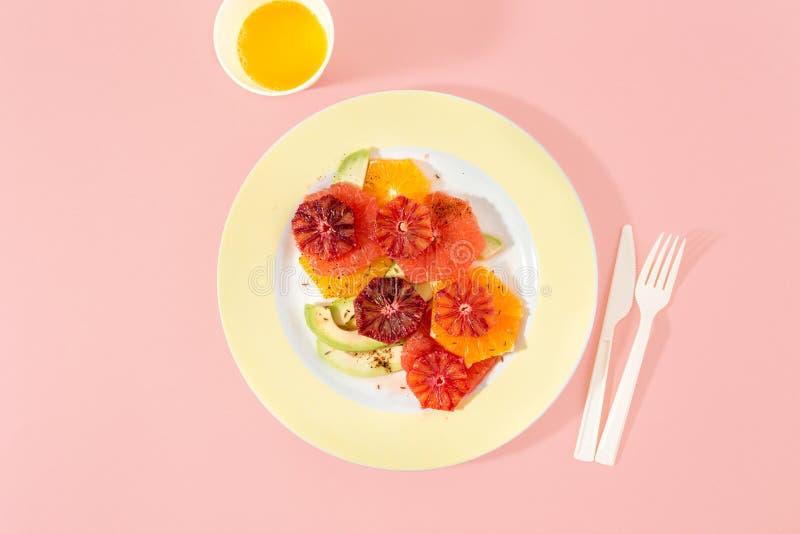 Backg sano di rosa dell'avocado del pompelmo delle arance della macedonia di estate fotografia stock libera da diritti