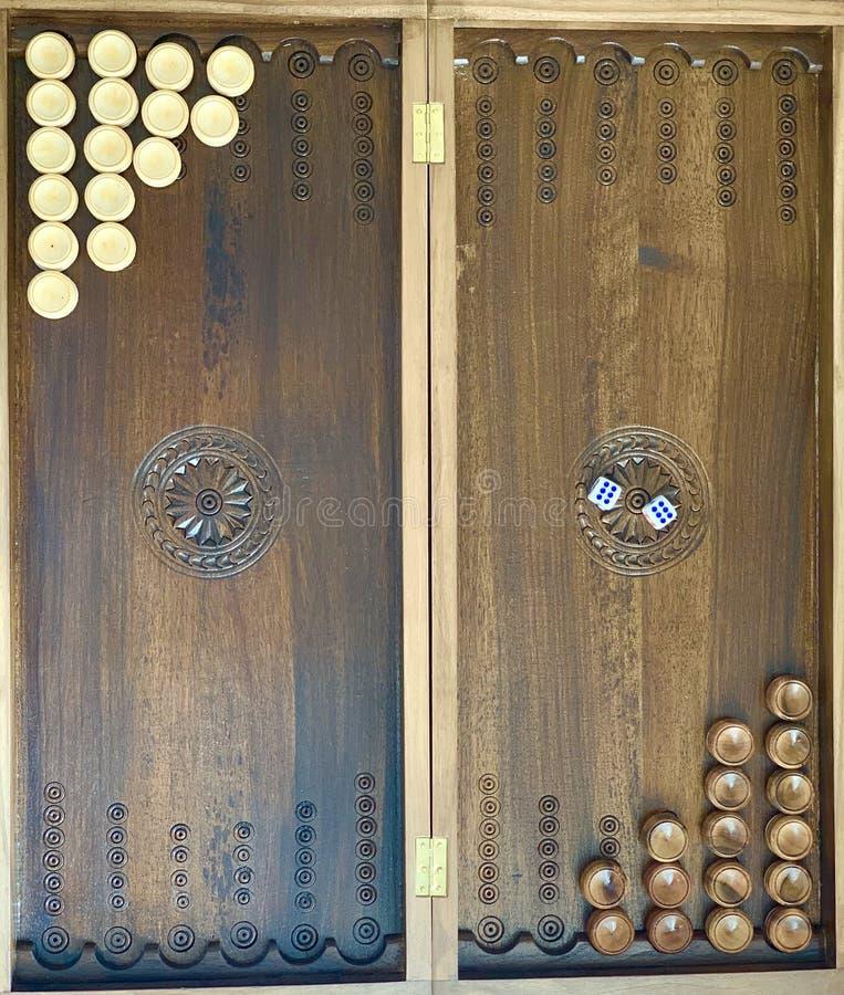 Backgammon del juego de mesa Microprocesadores y el jugar de los dados foto de archivo
