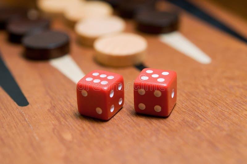 Backgammon mit roten Würfeln lizenzfreies stockfoto