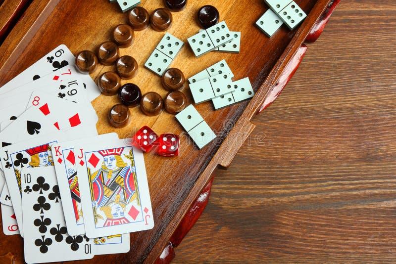 Backgammon und Karten stockbild