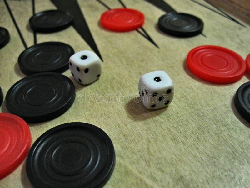 Backgammonwürfel und -chips lizenzfreies stockbild